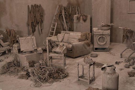 """Wir waren auf der Art Basel und haben das spannende Kunstwerk """"Purification Room"""" des Chinesischen Installationskünstlers Chen Zhen entdeckt: Ein Raum voller Möbel und Gerümpel, der über und über von Lehm überzogen ist - als würden zukünftige Archäologen unsere heutige Welt in Terrakotta entdecken."""