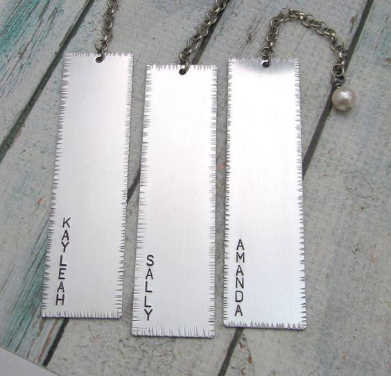 Personalisierte Bookmark - Hand gestanzte Lesezeichen - Namen Lesezeichen - Aluminium mit Perlmutt - rustikal und texturierte - benutzerdefinierte Textmarke - 1