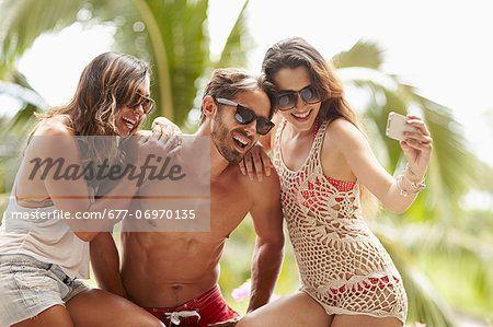 Friends hanging out taking pictures  – Bild © Masterfile.com: Kreative Stock-Fotografie, Vektoren und Illustrationen für Internet-, Print- und Mobile-Nutzung