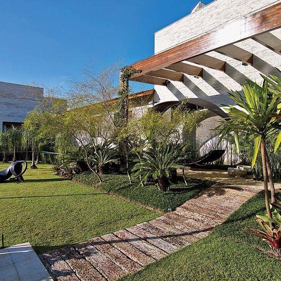 Projeto de paisagismo de Luiz Carlos Orsini, foto de Jomar Bragança. #paisagismo #plantas #dormentes #victoriabooks