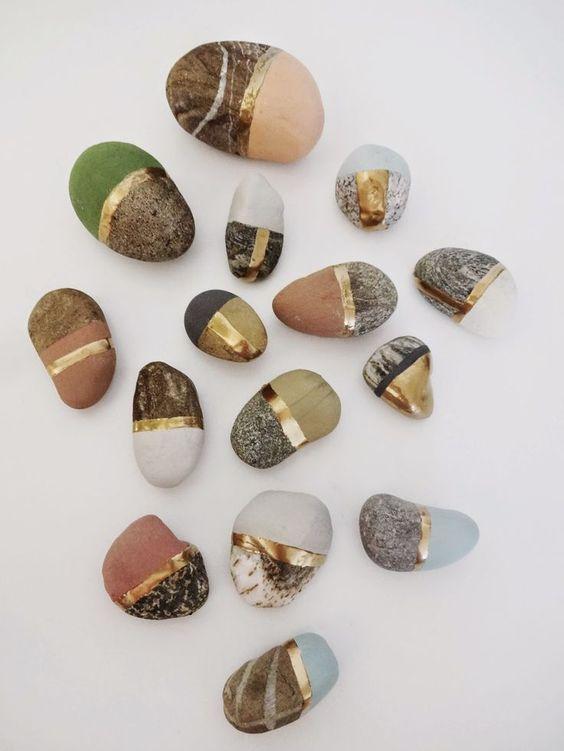 steine mit kreidefarbe und goldgürtel