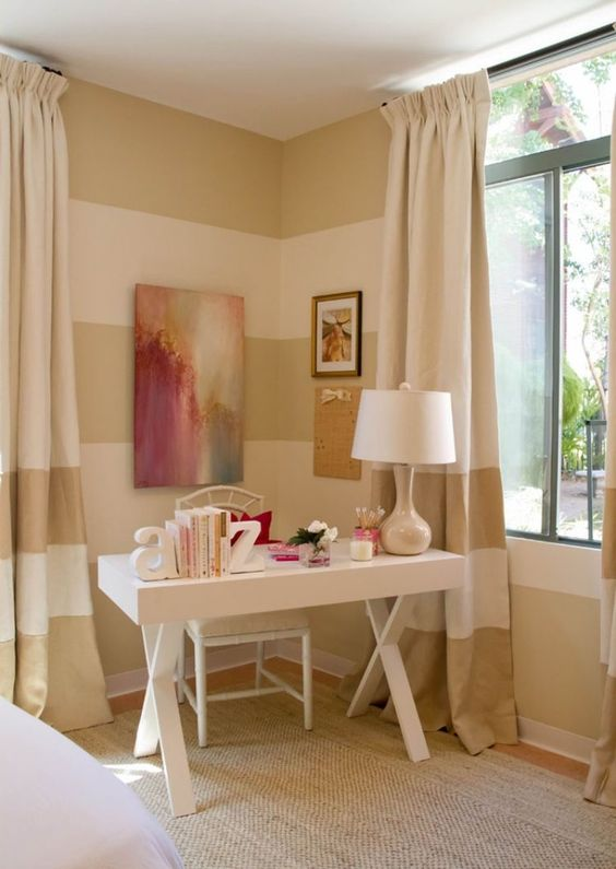 combined horizontal wall stripes in beige and cream with curtains - welche farbe für das schlafzimmer