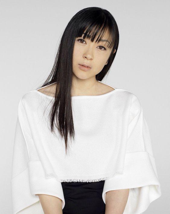 白トップスの宇多田ヒカル