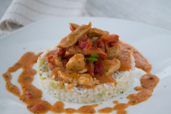 Putengeschnetzeltes mit Paprika ist ein pikantes Rezept, welches mit Sauerrahm verfeinert zu vielen Beilagen passt.