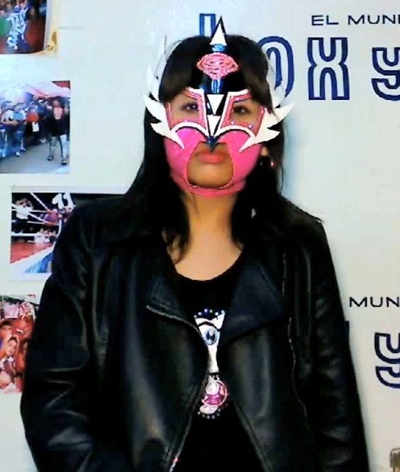 Masked luchadora Arumi