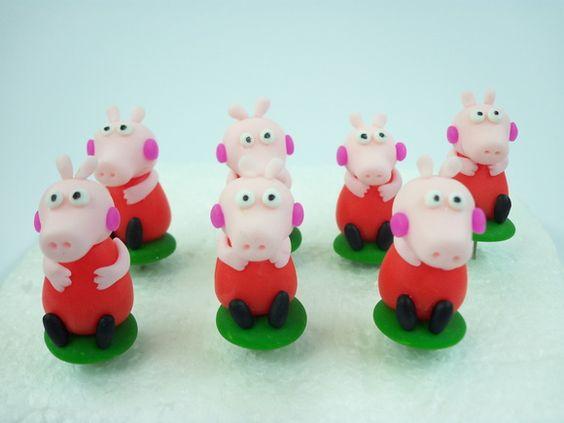 Enfeite para Chimarrão Peppa Pig. Cores e modelos podem ser personalizados.    Produto sob encomenda. Consulte prazos de produção e envio.  Valor unitário.    Material: biscuit;  Altura aproximada: 4cm. R$ 3,00