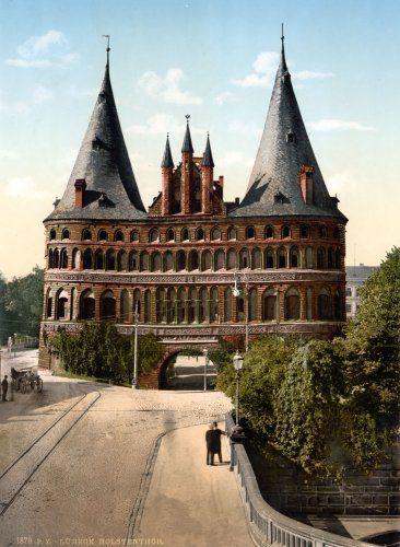 Lübeck, Germany.                                           Con lo despejado que parece que está alrededor,y le ponen un arco a la casa para pasar