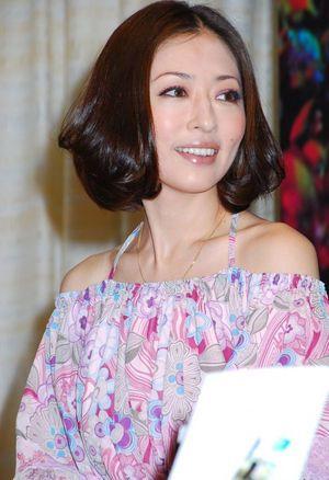 巻き髪の松雪泰子