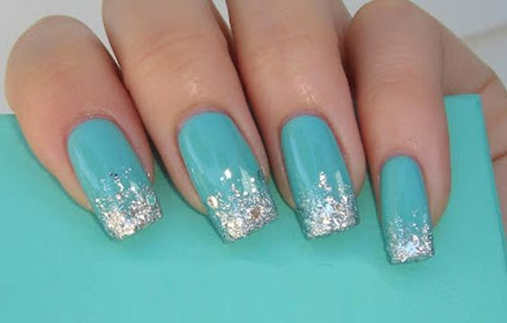 Diseños de uñas con escarchas, Diseño de uñas acrilicas con escarcha borde.   #uñasdecoradas #nailart #uñasfinas