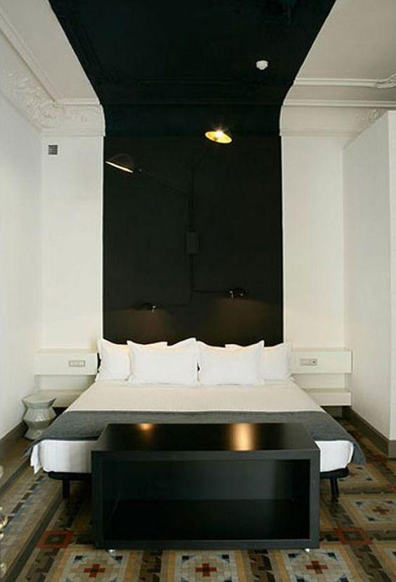 <p>Comment décorer une vaste chambre que l'on souhaite à la fois épurée et contemporaine? En peignant une large bande de couleur noire qui structure les volumes, donne une...
