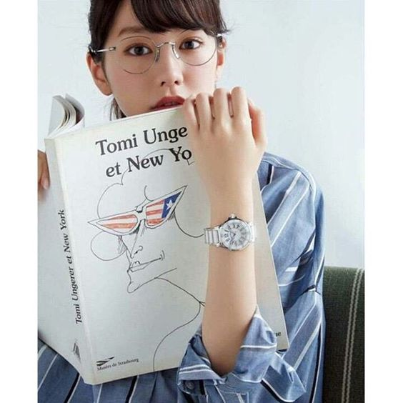 眼鏡をかけた桐谷美玲