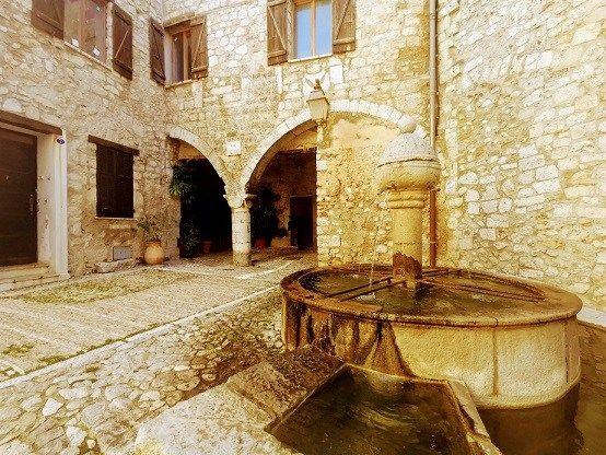 Au Milieu Du Village De Peille La Magnifique Fontaine En 2020 Maison De Savoie Peille Savoie