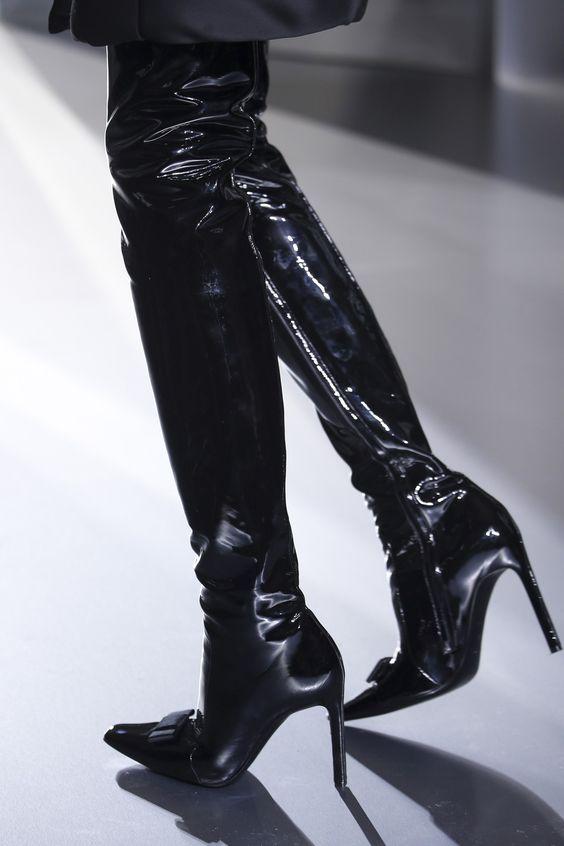 Femme fatale Balenciaga Autumn/Winter 2014-15 Ready-To-Wear. Paris Fashion Week