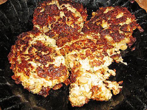 Thunfischfrikadellen  Zutaten  1 gr. Dose/nThunfisch im eigenen Saft 1 kl. Dose/nThunfisch im eigenen Saft 2 ELKräuterfrischkäse, 0,2% Fett 150 gWeißkohl, Rotkohl oder Blumenkohl, in der Küchenmaschine zerkleinert 1 halbeZwiebel(n) 1 Eiweiß