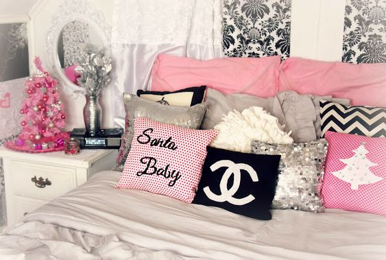 Christmas christmas room and the pillow on pinterest for Girly room decoration