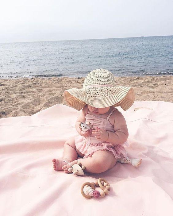 Bébé aussi profite de la plage, toujours bien protégé avec un chapeau et badigeonné de crème de la tête aux pieds, en avant les vacances ! ☀ #bébé #plage #beach #été #summer #baby #love #kidsofinstagram #amour #toujours #famille #maman #papa #vacances #enjoy #enceinte #grossesse #baby #motherhood #maternité