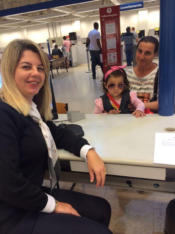 Aos 2 anos de idade e cheia de estilo, Nathaly chegou no Poupatempo Tatuí para tirar seu primeiro RG. Acompanhada pela avó Alessandra, a pequena foi atendida pela colaboradora Adriana.