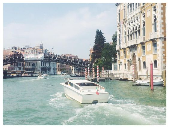 Foto di qualche mese fa.. Era magnifica spero un giorno di poterci andare durante la biennale  #venezia #venicefilmfestival #labiennale #labiennaledivenezia #redcarpet #actress #cinema #italy #exklusive_shot #venice #festival #boat #canal #memories