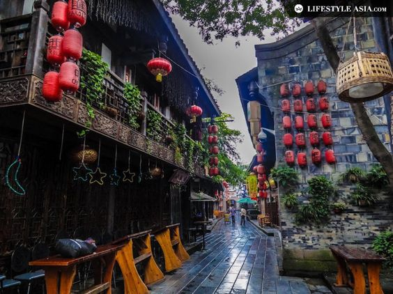 A weekender's guide to Chengdu | LifestyleAsia Where to go: Jinli Ancient Street If you've always wanted to know what China was like in the Three Kingdoms period, you finally get to at Jinli Ancient Street. Brimming with hole in the wall shops, Jinli is an excellent place to shop for traditional souvenirs and experience Chengdu's street food.: