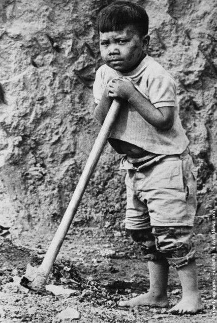 Niño trabajando en una cantera de arcilla para proporcionar materia prima para una fábrica de ladrillos en la ciudad de México 1970.