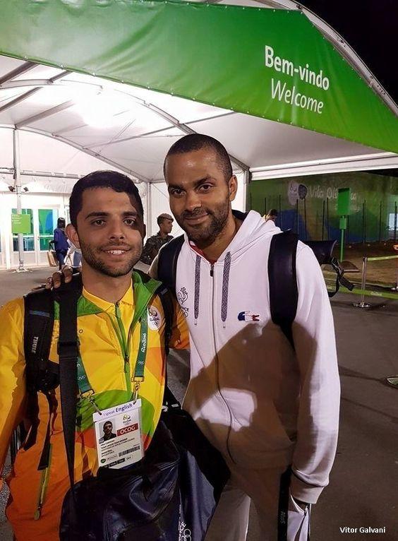 Tony Parker et ses coéquipiers ont aidé un bénévole brésilien qui se fût agressé au début des Jeux olympiques. Lorsqu'un des Bleus s'est rendu en retard à l'entraînement ou a trangressé un des réglements de l'équipe, il contribuait à une caisse pour financier un répas collectif au fin du tournoi et un récompense pour Vitor. Le jeune Brésilien a reçu un sac rempli d'équipements officiels et autres cadeaux.