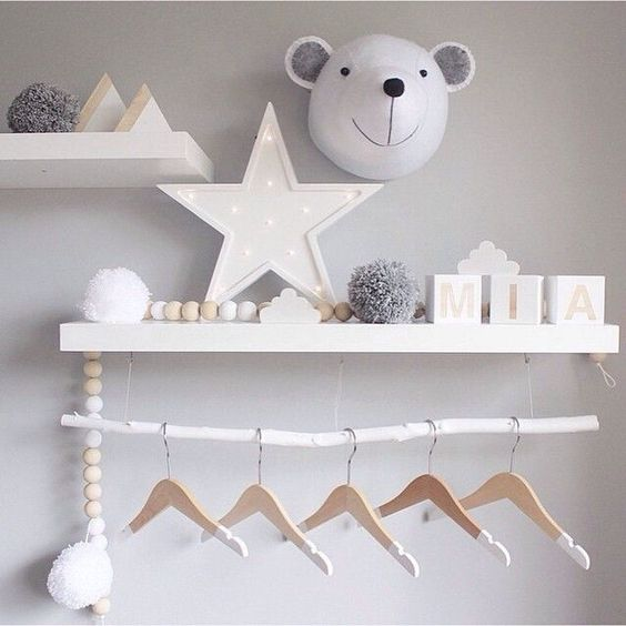 Jolie composition murale pour chambre d'enfant, tons neutres | shelves for kid's roon, Neutral shades | mommo design: SHELFIE LOVE: