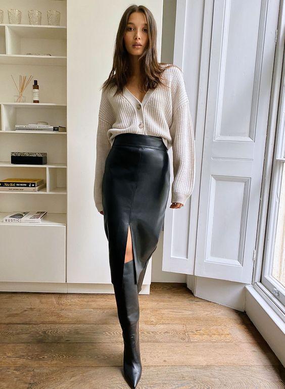 outfits casuales con falda negra y botas altas