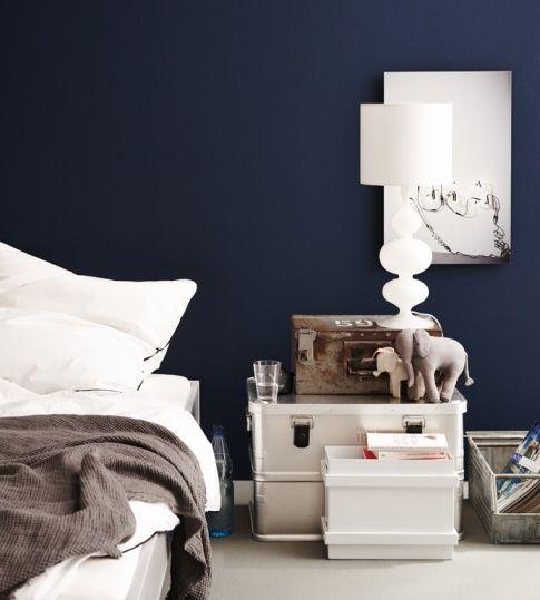 Schöne Kisten als Nachttisch: Metallboxen machen sich gut neben dem Bett und lassen Krimskrams verschwinden.