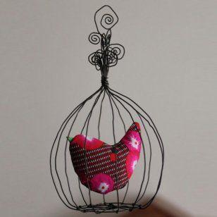 N'entendez-vous pas siffloter ce drôle d'oiseau dans sa cage ? Fil de fer et tissu à motifs se marient à merveille sur ce joli mobile qui trouvera facilement sa place dans une chambre d'enfant ou pourquoi pas dans l'entrée de la maison... On n'y résiste pas ! A découvrir sur Marie Claire Idées .com