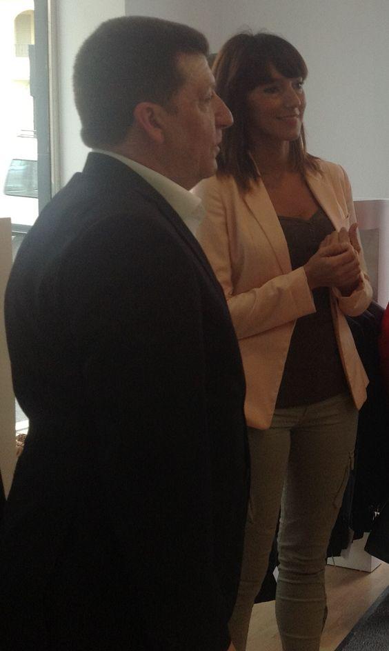 Antonio Rivas, Gerente de Centro Novias da la bienvenida a la novia, Zulay. Una de las protagonistas del programa.