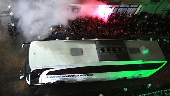 FLAŞ! Fenerbahçe Takım Otobüsüne Taşlı Saldırı! Camlar Kırıldı!