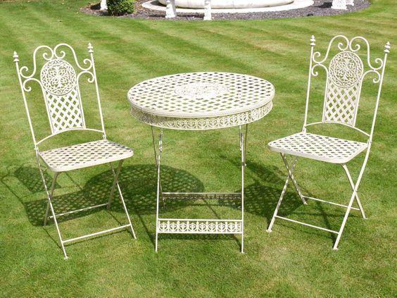 Table de jardin ronde avec deux chaises pliantes en fer forgé      Dimensions:      Hauteur 76 cm x Diamètre 63 cm (table)