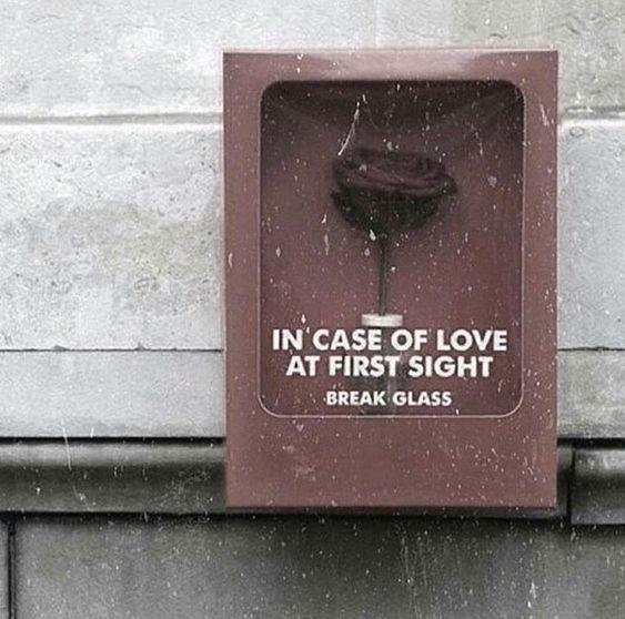 İlk görüşte Aşk olması halinde camı kırın
