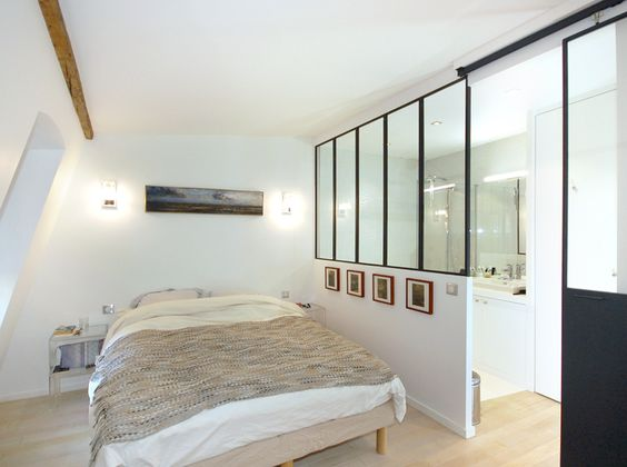Studios atelier and paris on pinterest for Amenager une salle de bain mansardee