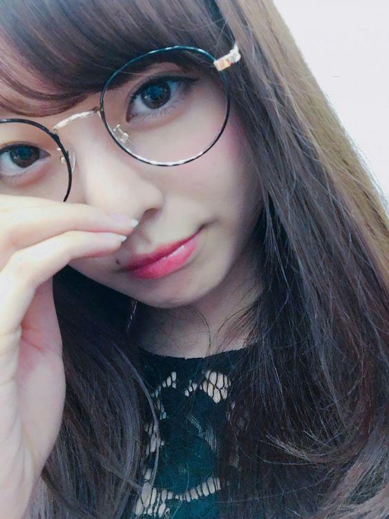 黒いレースのトップスを着たメガネをかけている梅澤美波の画像
