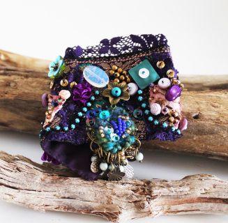 Bracelet textile orné  de dentelle,de perles en verre, en cristal, perles de rocaille, de nacre et de sequins, brodé à la main. la partie textile mesure env. 7,5 cm. de hauteur et 19 cm de longueur. Il convient pour un poignet de 15 à 17 cm. Il se ferme avec une bride et un beau bouton.  Bijoux de créateur, original et UNIQUE.   les frais de port sont compris pour la Suisse