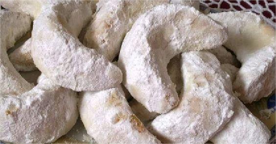 Recette de Gâteaux de lunes glacées : Préparation : Mélangez l'amande en poudre avec le sucre,l'eau de fleurs d'orangers et le beurre fondu tièd
