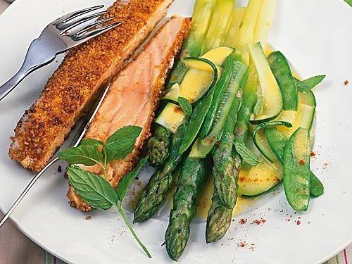 Grüner Spargel mit Lachs und Senf-Minze-Butter