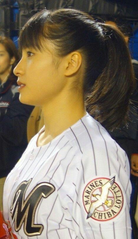 野球のユニフォームを着てる土屋太鳳