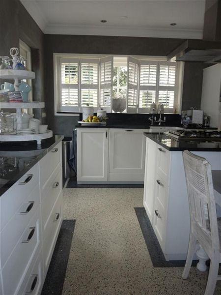 Heel mooie landelijke keuken met zwart aanrechtblad en witte ...