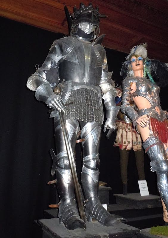 Hollywood Movie Costumes And Props Sir Cadogan And Headless Knight Armour From Harry Potter Original Film Costumes Harry Potter Knight Armor Johnny English