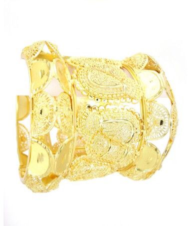 Gold arm cuff with a triple stack look. ➡️www.jainicol.com