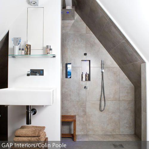 Der Raum mit steilen Dachschrägen fungiert als Bad. Die