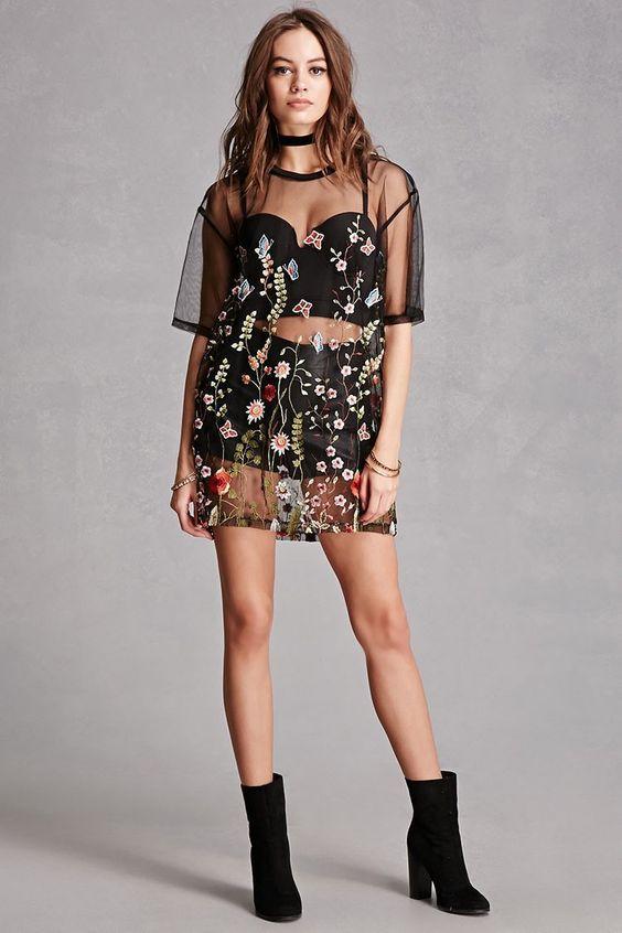 Maxi tee, sobreposição, top preto, short preto, ankle boot preta, blusa, sheer floral top