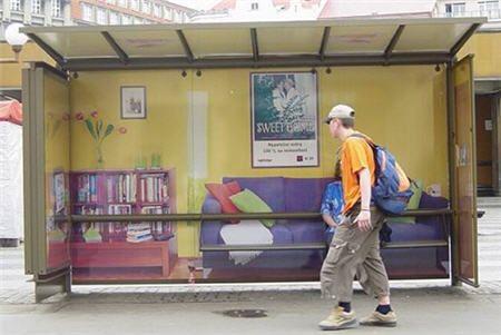 Esta comparando las paradas de autobús con las casas porque mucha gente tiene que dormir en las paradas de autobús.
