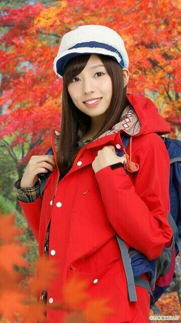 赤コートの新内眞衣