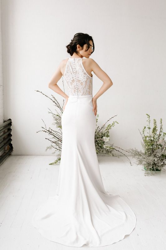 The Jasmine Dress From Desiree Hartsock Is A Simple But Elegant Beauty She S A Form Fitted Wedding Gown With A La Fitted Wedding Gown Wedding Dresses Dresses