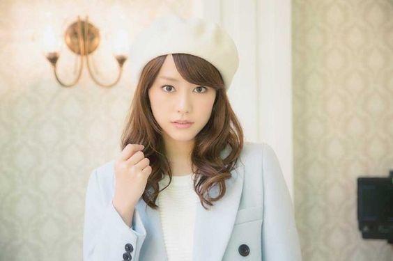 白い帽子を被った桐谷美玲