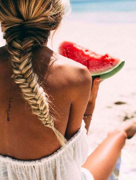 Notre coiffure de plage adorée? La tresse fishtail, évidemment.©…