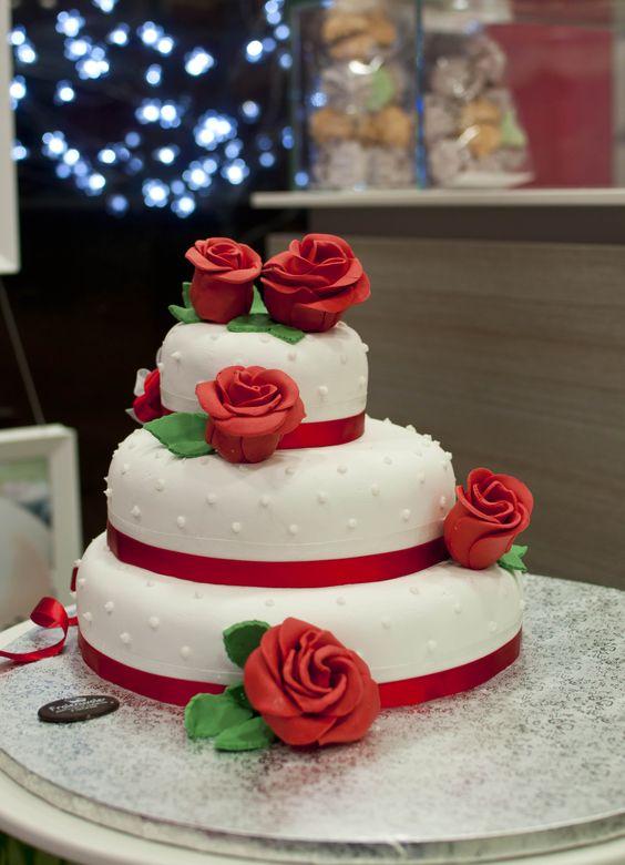 torta di matrimonio a piani con fiori in pasta di zucchero